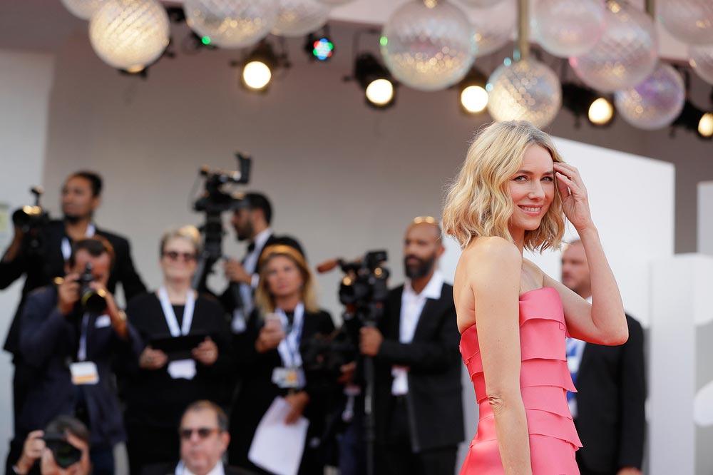 Красная дорожка Венецианского кинофестиваля знаменитости Наоми Уоттс
