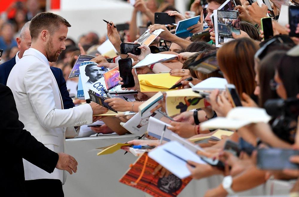 Красная дорожка Венецианского кинофестиваля знаменитости Райан Гослинг