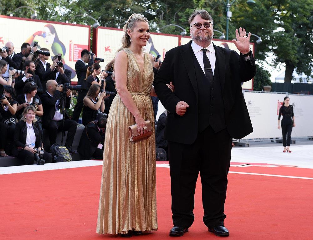 Красная дорожка Венецианского кинофестиваля знаменитости Гильермо дель Торо и Ким Морган