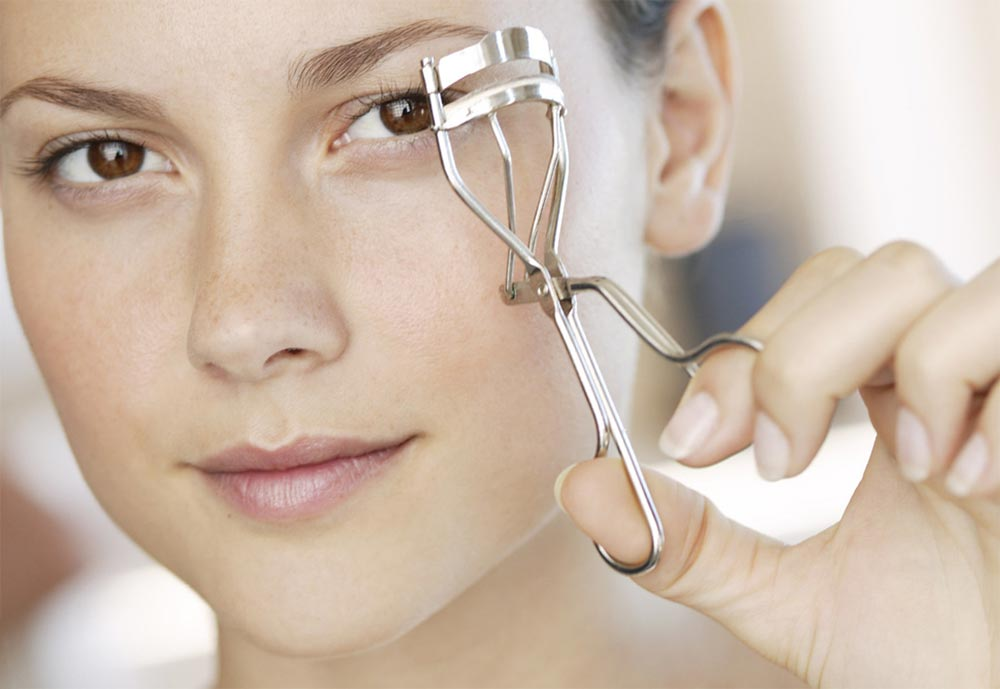 лайфхаки как выглядеть эффектно без макияжа щипчики для завивки ресниц